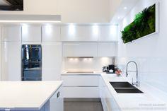 Une cuisine avec façades sans poignées, laqués blancs brillants, ce qui unifie toute la cuisine et donne un côté moderne et design à l'ensemble. Une cuisine fonctionnelle équipé de multiples électroménagers, four multifonction SMEG, four à vapeur SMEG et four micro-ondes SMEG encastré dans un seul et même meuble colonne. Les rangements sur mesure du sol au plafond offrent un gain de place maximal, pour le confort mais aussi pour l'esthétisme des spots LED intégrer aux meubles hauts. Ma...
