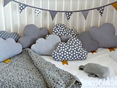 Cojines en forma de nube con distintas telas. Cloud pillows.