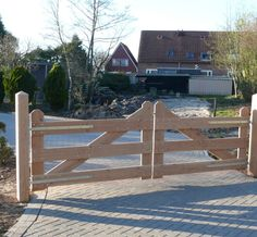 Schitterende inritpoort van Lariks Douglas hout met robuuste 15x15 cm poortpalen met diamantkop. Maatwerk mogelijk. Productnr Gadero.nl VH7020