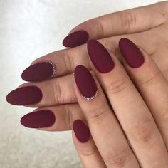Oval nails are one of the most classical nail shapes. Oval nails are quite popular in today's fashion world. Various color combinations play an important role in elliptical nail design, making them look more colorful. In recent years, matte nail art Dark Red Nails, Almond Acrylic Nails, Almond Shape Nails, Burgundy Nails, Cute Acrylic Nails, Matte Maroon Nails, Fall Almond Nails, Oxblood Nails, Matte Nails Glitter