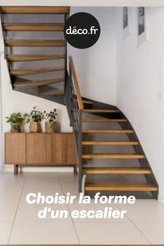 Un escalier a généralement un but à la fois fonctionnel et esthétique. Sa forme notamment peut donner un cachet tout particulier à la pièce qu'il occupe. Mais justement, comment bien choisir la forme d'un escalier ? Under Stairs, Decoration, Windows, Corridor, Voici, Home Decor, Stair Makeover, Furniture Makeover, Ramen