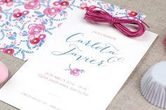 """Dos tarjetas superpuestas: una estampada abajo y otra lisa, con el texto, por arriba. Invitación de boda """"Pink Peony"""""""