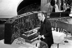 Sir George Martin behind a vintage Moog modular. Beatles Guitar, Les Beatles, Nick Cave, Easy Listening, Abbey Road, Gorillaz, Sir George Martin, Spike Milligan, Christmas Shows