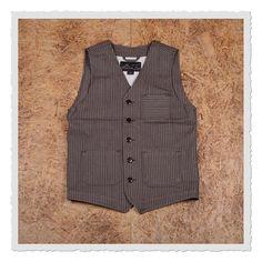 Die 1937 Roamer Vest Wabash wird aus besonderem Wabash Selvage Denim gefertigt.  Die Ursprünge dessen liegen im frühen 20. Jahrhundert in den U.S.A., wo sie einst vor allem bei Bahnarbeitern beliebt waren.  Folgende Details...