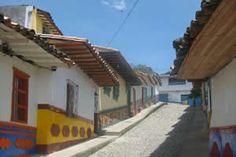 """Destino Colombia A sólo dos horas de la """"Capital de la Montaña"""" se encuentra un pueblo en donde se pueden pasar aventuras y momentos de descanso. Esta joya del oriente antioqueño es Guatapé."""