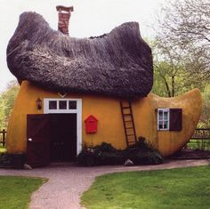 Veenpark (Barger-Compascuum, Netherlands) - The Dutch sure do love their wooden shoes, called Klompen. Unusual Buildings, Interesting Buildings, Crazy Houses, Little Houses, Weird Houses, Unusual Homes, Unique Architecture, Classical Architecture, Tiny House