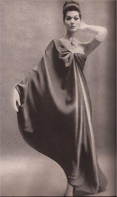 Simone d'Aillencourt, wearing a dress by Cristóbal Balenciaga, photographed by Richard Avedon for Haper's Bazaar, November Moda Fashion, 1960s Fashion, Timeless Fashion, Vintage Fashion, Timeless Elegance, Richard Avedon, Vestidos Vintage, Vintage Dresses, Vintage Outfits