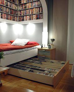 ベッドの下にもDVDを1000枚収納可能