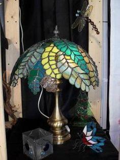 lámpara hojas tiffany  cristal de colores,estaño,pie de bronce tiffany