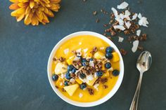 The perfect healthy breakfast with a tropical vibe. Gluten-free, paleo and vegan. - A sweet and tropical mango smoothie bowl is topped with vibrant blueberries, coconut flakes and homemade, gluten-free granola. Healthy Desayunos, Healthy Snacks, Healthy Recipes, Healthy Drinks, Healthy Breakfasts, Eating Healthy, Food And Drinks, Healthy Sweets, Fruit Recipes