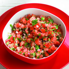 Easy Ten-Minute Salsa - fresh tomatoes, jalapeño pepper, red onion, cilantro and garlic! This is delicious! Fresh Tomato Recipes, Vegetable Recipes, Great Recipes, Favorite Recipes, Healthy Recipes, Barbacoa, Plats Weight Watchers, Fresh Salsa, Salsa Recipe