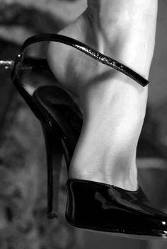 Beautiful shoe. #stilettos #black #heels #pumps