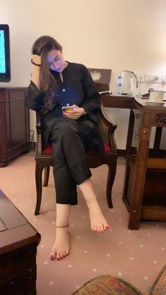 Simple Pakistani Dresses, Pakistani Fashion Casual, Pakistani Dress Design, Stylish Dresses, Simple Dresses, Actress Feet, Barefoot Girls, Girl Fashion, Fashion Outfits
