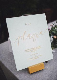 Wedding planner: Detallerie. Carteles de madera de color menta con caligrafía dorada para los buffets. Wooden mint buffet sign with gold calligraphy.