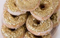Do you love donuts? Here are nine creative ways to serve donuts this holiday season. And don't be afraid to overdo the edible glitter! Gold Donuts, Diy Donuts, Doughnuts, Great Gatsby Party, Glitter Party, Glitter Cake, Glitter Bomb, Gold Glitter Wedding, Glitter Birthday