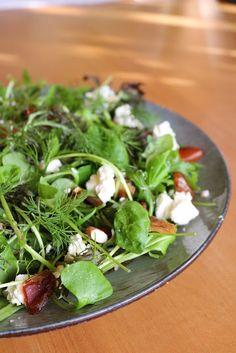 Salat mit Datteln, Mandeln und Feta