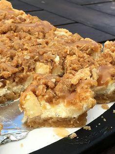 Äppelcheesecake-bars med kanelcrunch och karamellsås! Candy Recipes, Cookie Recipes, Dessert Recipes, Pie Dessert, Cookie Desserts, Apple Recipes, Baking Recipes, Bagan, Vegan Protein Bars