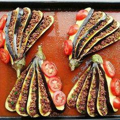 Sunumsahibi @filizintarifleri Like @nefis_lezzetlerimiz Kıymalı Patlıcan Dilimleri (ya da patlıcan yelpazesi) 4 Adet patlıcan beş dilime bölünüyor fotoğraftaki gibi. Tuzlu suda bekletilir. Bu sırada yarım kilo kıyma kuru soğanla kavrulup , salça, tuz, baharat eklenir. Kapatınca maydonoz eklenir. Patlıcanlar tepsiye alınıp dilimler arasına kıymalı harç yerleştirilir. Domates ile süslenir.Bir kaşık salça, yarım cay bardağı sıvıyağ ve 1-2 su bardağı su ile sos yapılıp tepsiye dökülür. Üzer...