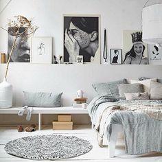 Une chambre scandinave blanche avec du gris clair tout doux