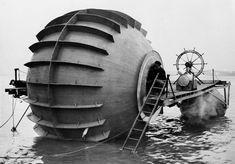 """Un experimental """"torpedero"""" realiza pruebas de funcionamiento en el río Detroit, cerca de Detroit, Michigan, 1940"""