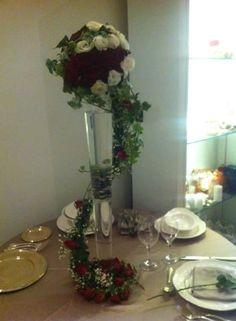 particolare centrotavola, rose rosse e bianche in una grande composizione...