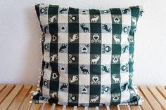 Bommelkissen, 40 cm x 40 cm, grün, Hirsch, weiß von haus of crochet auf DaWanda.com. Pretty cushion.
