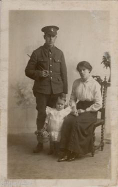 WW1-Private-Northumberland-Fusiliers-together-with-family-Wakefield-Photographer