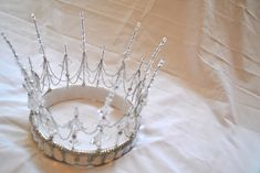Tutorial, how to make tiara with beads, chain and wire.not a great tutorial, but a couple of decent photos. How To Make Tiara, Make A Crown, Wire Jewelry, Jewelery, Wire Crown, Leaf Crown, Bijoux Diy, Snow Queen, Tiaras And Crowns