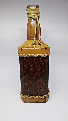 Garrafa de Whisky decorada com a técnica do falso couro. Técnica: falso couro Uso: decorativo