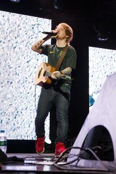 Com camisa da seleção, Ed Sheeran canta em SP