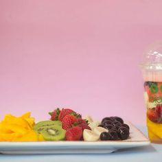 Que tal uma Salada de Frutas Fresquinhas nesse calor?  #saladadefrutas #salada #morango #kiwi #banana #manga #melancia #jabuticaba #iogurte #fruits #salad #saladanocopo #saladcup #biocup #saude #saudavel #healthy #gym #academia #guarulhos #smartfitguarulhos