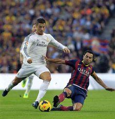 GRA285. BARCELONA, 26/10/2013.- El delantero portugués del Real Madrid Cristiano Ronaldo (i) avanza con el balón ante el centrocampista del ...