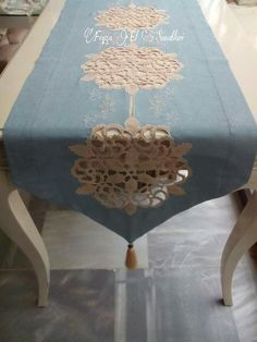 keten ve dantelin uyumu. great combination of lace and linen. Crochet Home, Crochet Motif, Crochet Doilies, Crochet Flowers, Table Runners, Doilies Crafts, Linens And Lace, Decoration Table, Table Covers