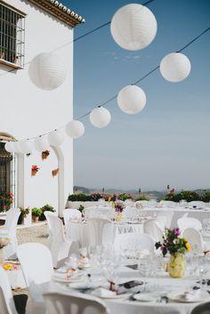 Photo by Pedro Bellido. White paper lanterns bulk for wedding decoration idea #weddingDecoration #ruralWedding #paperLanterns