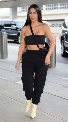 Kim Kardashian flashes flesh in tube top at lunch with Scott Disick Kim Kardashian Blazer, Kim Kardashian Bikini, Look Kim Kardashian, Estilo Kardashian, Kim Kardashian Yeezy, Khloe Kardashian Outfits, Kardashian Workout, Yeezy Outfit, Fashion Killa