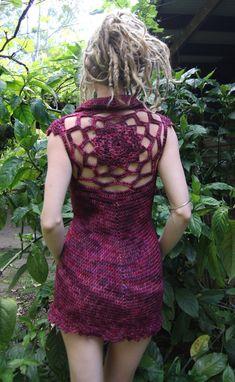 Otro * Original * a los suyos, tanto en concepto y diseño.  Cuenta con mi mandala único en el centro de la espalda. Elegantes detalles debajo el busto, mangas con delicados y un bonito recorte alrededor del dobladillo inferior.  Mano de ganchillo de lana de merino 100% en tonos brillantes. Este hilo es de calidad superior, filamento 12 peso DK que se siente casi como el algodón.  Este vestido tomó aproximadamente 10 + horas para crear.  El vestido es de un tamaño S. Como referencia tengo un…