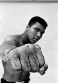 Details: Muhammad Ali showing off his right fist, Chicago 1966 by Thomas Hoepker. Copy signed on the reverse by the artist. World heavyweight champion Muhammad Ali showing off his right fist. Mohamed Ali, Fitness Workouts, Boxe Fight, Jiu Jutsu, Best Sports Quotes, Laila Ali, Photo Star, Sting Like A Bee, Bee Sting