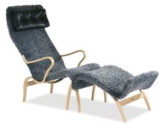 Modelo Miranda - diseñada en 1942 - con reposapies con estructura de haya laminada, tapizada con piel de cordero australiano. Bruno Mathsson es partidario de usar a gran escala materiales naturales. http://www.wikinsa.com/index.php/brunomathsson