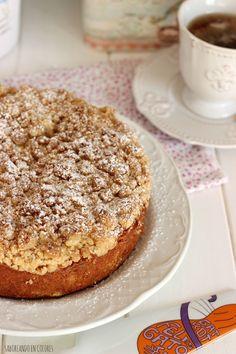 Este Apple Crumble Cake es un delicioso pastel con manzanas húmedas en el interior y una capa crujiente de migas arenosas. Toda una explosión de sabor. Apple Crumble Cake, Soul Food, Food Styling, Sweet Recipes, Catering, French Toast, Food And Drink, Sweets, Meals