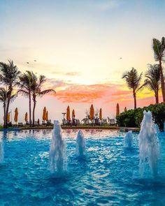 Colecionadora de poentes. No Sri Lanka, este foi meu último dia na ilha cingalesa e fui presenteada com um poente exuberante que apreciei na piscina do Heritance Negombo, o hotel que eu mais gostei nessa viagem, novo, contemporâneo e pé na areia.  Clique no post para saber mais detalhes ou acesse www.acamminare.com.