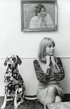 Marianne Faithful looking divine in paisley.