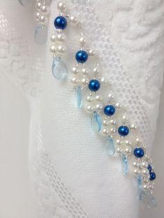 Toalha de mão (33 x 50 cm) em algodão, da marca Karsten, Bordada com pérolas ABS, miçangas e acrílico. Toalha na cor Branca e Pérolas Azul.. Bead Jewellery, Beaded Jewelry, Beaded Bracelets, Beaded Embroidery, Embroidery Stitches, Crochet Freetress, Bead Sewing, Crazy Patchwork, Beaded Choker Necklace