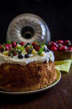 Τι είναι το Angel Food Cake; Aμερικάνικης καταγωγής κέικ, το οποίο pεριέχει μόνο τα ασπράδια από τα αβγά, και δεν περιέχει καμία λιπαρή ουσία. Angel Food Cake, Cake Recipes, Cheesecake, Desserts, Tailgate Desserts, Deserts, Cheese Pies, Cheesecakes, Angel Food Cakes