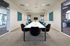 """Der Konferenzraum: Große und kleine Gesprächsrunden finden am großzügigen Besprechungstisch """"Cube"""" Platz"""