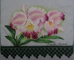 Pano de prato com pintura de orquideas.  Feito em  tecido estilotex, medindo 80 x 46 com barrado de crochê, podendo variar a cor e modelo de acordo com sua preferencia... R$ 30,50