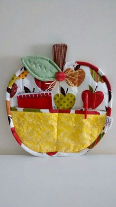 Porta recadinhos apple - Diy and crafts interests Small Sewing Projects, Craft Projects, Fabric Crafts, Sewing Crafts, Quilted Potholders, Diy Couture, Mug Rugs, Quilting Projects, Pot Holders