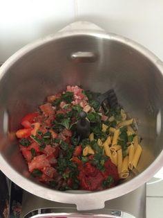 One pot PastaPar Clara Publié: juillet 25, 2015Produit: 2-3 PortionsPréparation: 5 minsCuisson: 30 minsPrêt dans: 35 minsIngrédients180 g pâtes ( de bonne qualités )2 belles tomates 1 gousse d'ail 1 petit oignon 1 boite concentré de tomate ( petite) 1 barquette lardon 400 ml d'eau 1 bouillon cube 1 cc crème fraîche ( épaisse ) …