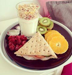 Desayuno de verano...fuente de vitamina, calcio y energía para enfrentarse al nuevo día. ¡Feliz jueves! #breakfast #summer #fruits