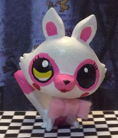 She's my second favorite animatronic. I live her broken eye because to me, I dunno is part of her, and she looks pretty cool with it! Lps Toys, Doll Toys, Mangle Costume, Fnaf Crafts, Custom Lps, Handmade Stuffed Animals, Fnaf Sl, Little Pet Shop, Animal Jam
