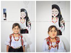 Una piccola nativa di Oliena, bellissima nel suo vestito prezioso, posa insieme alla nostra Sognatrice.